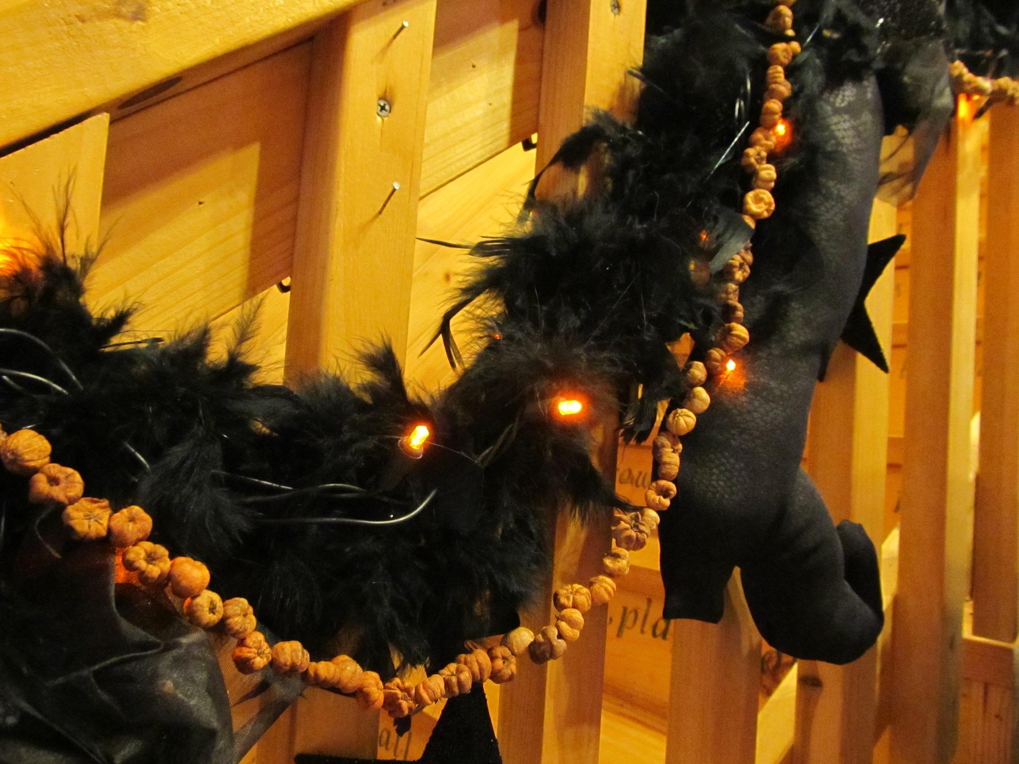 Halloween garland made from mini pods for Halloween girlande